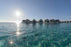 Brede hoek van luxe over waterbungalow, de lagune van de watervilla binnen Royalty-vrije Stock Fotografie