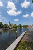 Brede hoekfoto Oostpoort die Delft kanaal tonen Stock Afbeeldingen