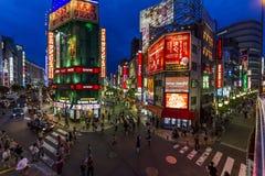 Brede hoekfoto van helder aangestoken straten in het Oosten Shinjuku, Tokyo Royalty-vrije Stock Foto