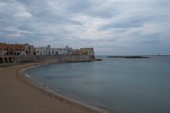 Brede hoekfoto van het strand en de kustlijn in de stad van Gallipoli in het Salento-Schiereiland, Puglia, Zuidelijk Italië royalty-vrije stock foto's