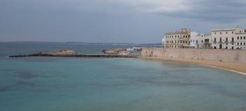 Brede hoekfoto van het strand en de kustlijn in de stad van Gallipoli in het Salento-Schiereiland, Puglia, Zuidelijk Italië royalty-vrije stock afbeelding