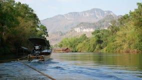 Brede hoeklengte van roeien en het rafting reis langs Rivier Kwai stock videobeelden