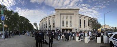 Brede hoekmening buiten Yankee Stadium vóór spel in New York royalty-vrije stock foto's