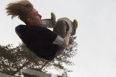 Brede hoekmening - knip parkour het springen in het park van de de wintersneeuw weg - free-run opleiding Royalty-vrije Stock Foto