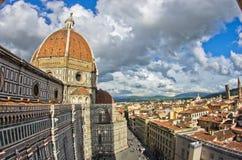 Brede hoekmening over een koepel van Santa Maria del Fiore-kathedraal in Florence stock afbeelding