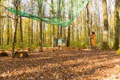 Brede hoekmening over openluchtklassenruimte in bos met schoolbord royalty-vrije stock afbeeldingen
