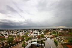 Brede hoekmening van Bewolkte hemel boven stad Stock Foto's