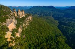 Brede hoekmening van Jamison Valley en zijn beroemde oriëntatiepunten in de Blauwe Bergen van Australië ` s stock foto's