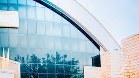 Brede hoekmening van wolk en boombezinning over vensterglas o Royalty-vrije Stock Afbeelding
