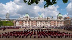 Brede hoekmening van zich het Verzamelen de Kleuren militaire parade bij de Parade van Paardwachten, Londen het UK, met de milita royalty-vrije stock afbeelding
