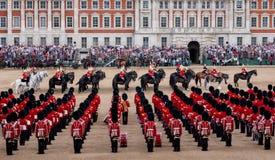 Brede hoekmening van zich het Verzamelen de Kleuren militaire parade bij de Parade van Paardwachten, Londen het UK, met de milita stock afbeeldingen