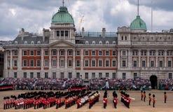 Brede hoekmening van zich het Verzamelen de Kleuren militaire parade bij de Parade van Paardwachten, Londen het UK, met de milita royalty-vrije stock fotografie