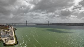 Brede hoogste mening 25 DE Abril Bridge in Lissabon over Tagus-rivier Royalty-vrije Stock Fotografie