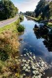 Brede mening over een kanaal in Nederlanders de polder royalty-vrije stock foto's