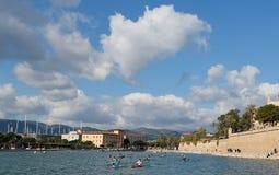 Brede mening over wijd het kayaking en rij de concurrentie in Palma de Mallorca royalty-vrije stock afbeelding