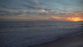 Brede mening van dramatische oranje zonsondergang in mooi Mesa Beach stock video