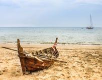 Oud beached Vissersboot - Aziatische Stijl Stock Foto's