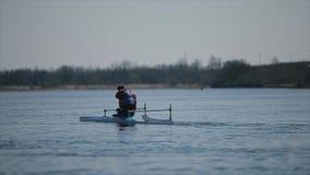 Brede mening van Gehandicapte sportman die op de rivier in een kano roeien Het roeien, canoeing, het paddelen Opleiding kayaking stock video