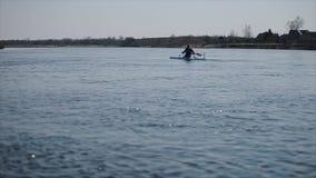 Brede mening van Gehandicapte sportman die op de rivier in een kano roeien Het roeien, canoeing, het paddelen Opleiding kayaking stock footage
