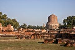 Brede mening van Historische Boedha Stupa in Sarnath, India royalty-vrije stock foto's