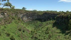 Brede mening van los gemelossinkhole op santa cruz eiland, de Galapagos stock videobeelden