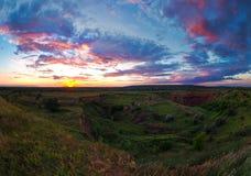 Brede panoramische de zomerzonsondergang in de stad van Kriviy Rih Instorting van de dag stock foto