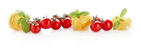 Brede panoramische lange horizontale mening van tomaten, deegwaren en basilicum op wit Stock Afbeelding