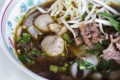 Brede rijstnoedel in dikke soep met rundvlees Stock Afbeeldingen