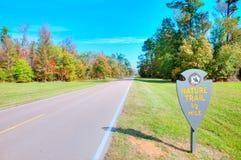 Brede rijweg met mooi aangelegd landschap royalty-vrije stock afbeelding