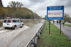 Brede rijweg met mooi aangelegd landschap dat door Zandige Orkaan wordt overstroomd, Manhattan Stock Foto