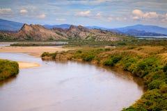 Brede rivier en rotsbergen Royalty-vrije Stock Afbeelding