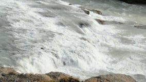 Brede rivier met stromen over rotsen op een bodem, landschap van reservoirs in duidelijke dag stock videobeelden
