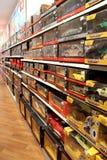 Brede selectie van speelgoed in de opslag van kinderen Binnen stuk speelgoed winkel royalty-vrije stock afbeelding