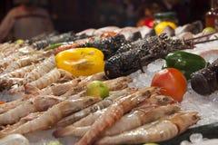 Brede selectie van vissen op de vertoning van de zeevruchtenmarkt Stock Afbeelding