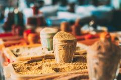 Brede Waaier van Multicolored Gepoederde Geurige Kruiden bij Showcase van Markt, Bazar Sluit, Copyspace royalty-vrije stock foto