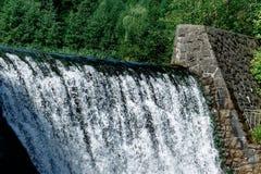 Brede waterval en rotsen in bergen Grijze kleuren Royalty-vrije Stock Foto