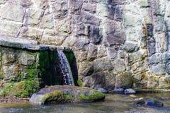 Brede waterval en rotsen in bergen Grijze kleuren Royalty-vrije Stock Afbeelding