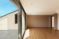 Brede woonkamer met groot venster Stock Foto's