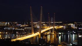 Bredge d'or à la nuit Vladivostok Images libres de droits