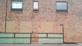 Bredvid av byggnaden med glass fönster Royaltyfria Foton