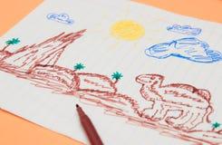 Bredvid de kulöra markörerna är primitiva barns teckning med en tuschpenna på en persikabakgrund Barns utveckling royaltyfri bild