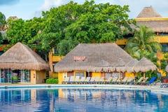 Bredvid en pöl på en tropisk semesterort Royaltyfri Fotografi