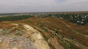 Bredvid nedgrävningen av sopor börjar bostads- byggnader lager videofilmer