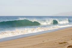 Breeaking tubki fala z pianą creasting w kierunku linii brzegowej z backwash na piaskowatej plaży obraz royalty free