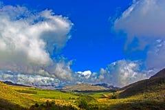 Breed hoeklandschap van bergen en wolken stock foto's