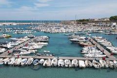Breed hoekpanorama van de haven van Otranto op het Salento-schiereiland, Puglia, Zuid-Italië stock foto's