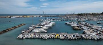 Breed hoekpanorama van de haven van Otranto op het Salento-schiereiland, Puglia, Zuid-Italië royalty-vrije stock afbeeldingen