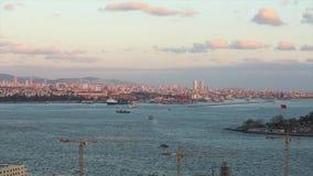 Breed kader van de de de Straat, zeehaven en vrachtschepen van Bosphorus in Bosphorus bij zonsondergang stock video