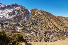 Breed landschap en dorp in dadesvallei, Marokko stock foto's