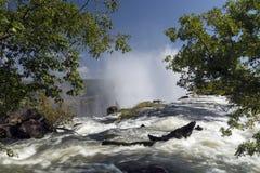 Breed meningslandschap als achtergrond bovenop Victoria Falls, Zambia Stock Foto's